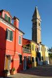 Casas e iglesia de Burano Imagen de archivo libre de regalías