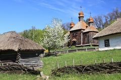 Casas e iglesia tradicionales de Ucrania Imágenes de archivo libres de regalías