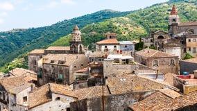 Casas e iglesias en Castiglione di Sicilia imagen de archivo