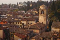 Casas e a igreja no centro velho Imagens de Stock