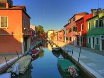 Casas e isla coloridas Venecia de Burano del canal Fotos de archivo libres de regalías