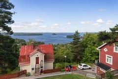 Casas e lago vistos de cima em Tampere Imagem de Stock Royalty Free