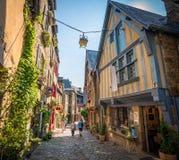 Casas e lojas metade-suportadas coloridas ao longo da rua histórica em Dinan fotografia de stock