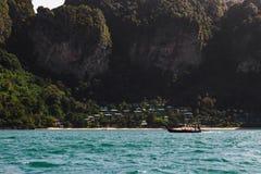 Casas e montanha de barco da cauda longa imagem de stock