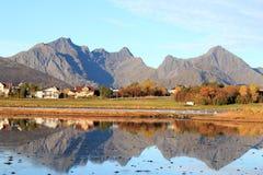 Casas e montanhas de Leknes Fotografia de Stock