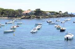 Casas e navios de praia em Cadaques Fotografia de Stock Royalty Free