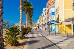 Casas e palmeiras coloridas na rua em Villajoyosa, Espanha Fotografia de Stock Royalty Free