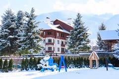 Casas e panorama das montanhas da neve na estância de esqui búlgara Bansko Imagem de Stock Royalty Free
