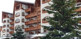 Casas e panorama das montanhas da neve no búlgaro imagem de stock royalty free