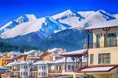 Casas e panorama das montanhas em Bansko, Bulgária fotos de stock royalty free