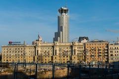Casas e poço inacabado em Moscou Imagens de Stock Royalty Free
