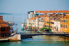 Casas e porto de Veneza ao longo de Grand Canal Imagem de Stock