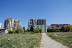Casas e prédios de apartamentos residenciais em Pristina, Kosovo fotografia de stock royalty free