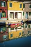 Casas e reflexões em um canal, Burano, Itália imagem de stock