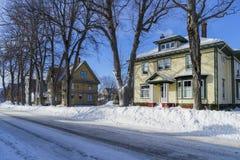 Casas e rua mais velhas do inverno foto de stock royalty free