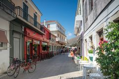 Casas e rua na cidade de Lefkada, ilhas Ionian, Grécia imagem de stock royalty free