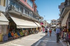 Casas e rua na cidade de Lefkada, ilhas Ionian, Grécia imagem de stock