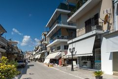 Casas e rua na cidade de Lefkada, ilhas Ionian, Grécia fotos de stock