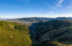 Casas e terras em Wellington, capital da área de Nova Zelândia Karori imagens de stock