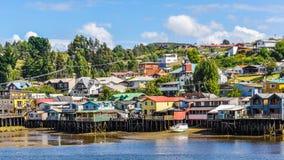 Casas em colunas de madeira, ilha de Chiloe, o Chile fotos de stock