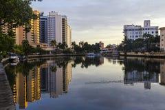 Casas em Miami que reflete na água imagem de stock royalty free