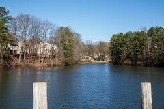 Casas da beira do lago além dos cargos Fotos de Stock Royalty Free