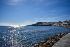Casas em um beira-mar rochoso fotografia de stock