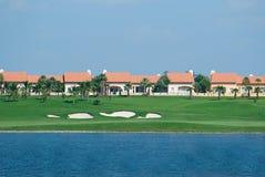 Casas em um campo de golfe Fotografia de Stock