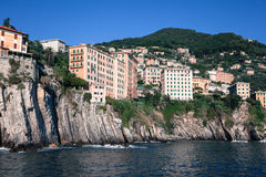Casas empleadas las rocas que sobresalen por el mar Fotografía de archivo libre de regalías
