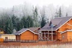 Casas en el bosque cubierto con helada Fotografía de archivo