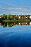 Casas en el lago Imagenes de archivo