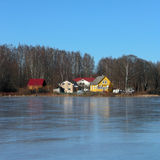 Casas en el lago cubierto con hielo Foto de archivo libre de regalías