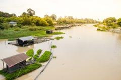 Casas en el río imágenes de archivo libres de regalías