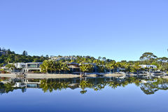 Casas en el río de Noosa, costa de la sol de Noosa, Queensland, Australia Foto de archivo