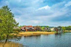 Casas en el terraplén del lago fotografía de archivo libre de regalías
