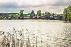 Casas en el terraplén del lago Imágenes de archivo libres de regalías