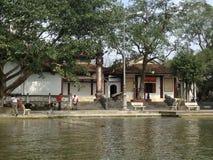 Casas en Green River para perfumar la pagoda en Hanoi, Vietnam, Asia Imagenes de archivo