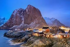 Casas en la bahía de las islas de Lofoten foto de archivo libre de regalías