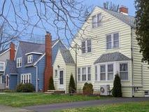 Casas en la calle suburbana americana Foto de archivo