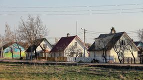 Casas en la ciudad de Pechoriy, región de Pskov fotografía de archivo