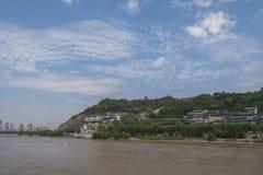 Casas en la colina por el río Amarillo en Lanzhou, Gansu, China fotografía de archivo
