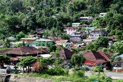 Casas en la ladera en Padang, Indonesia Fotografía de archivo libre de regalías