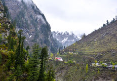 Casas en la montaña en Naran Kaghan Valley, Paquistán Foto de archivo libre de regalías