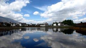 Casas en la orilla del agua Imágenes de archivo libres de regalías