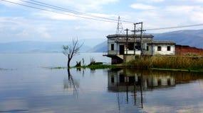 Casas en la orilla del agua Fotografía de archivo libre de regalías