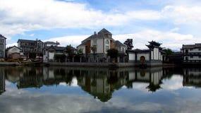 Casas en la orilla del agua Foto de archivo