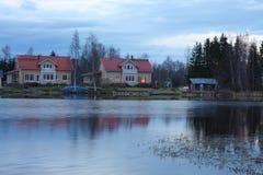Casas en la orilla del lago Imágenes de archivo libres de regalías