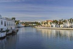 Casas en la orilla del río Imagen de archivo libre de regalías