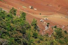 Casas en la tala de árboles en la frontera de la montaña de Myanmar Imagenes de archivo