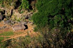 Casas en la tala de árboles en la frontera de la montaña de Myanmar Imágenes de archivo libres de regalías